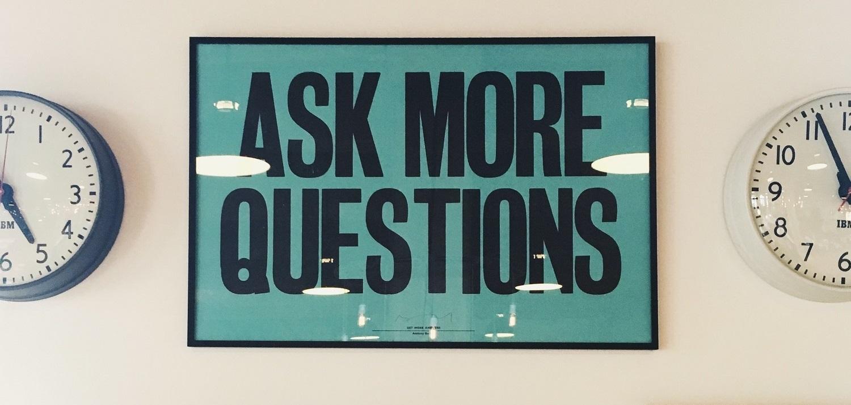 Imagen con dos relojes y un cartel que indica: haz más preguntas. Horarios laborales